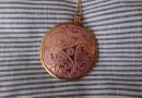 Triskelanhänger aus Bronze/Emaille
